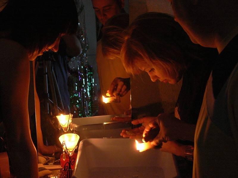 Способы гадания на свечах с водой, бумагой, блюдцем: на отношения, любовь, суженого, будущее