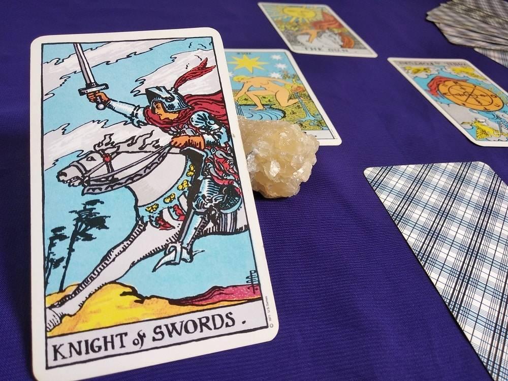 Значение карты рыцарь мечей в таро: прямое и перевернутое положение