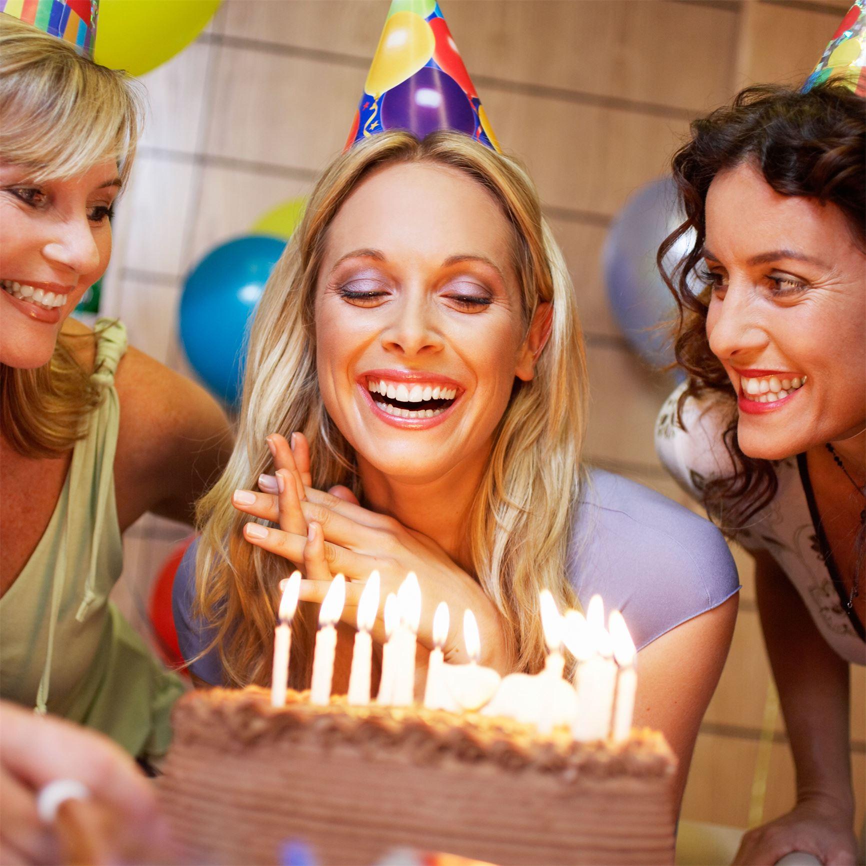 Приметы – что нужно делать в день рождения: утром, как отмечать, про одежду, про гостей, про погоду
