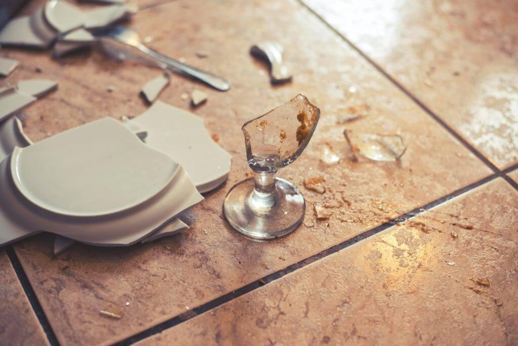 К чему бьется посуда в доме: приметы