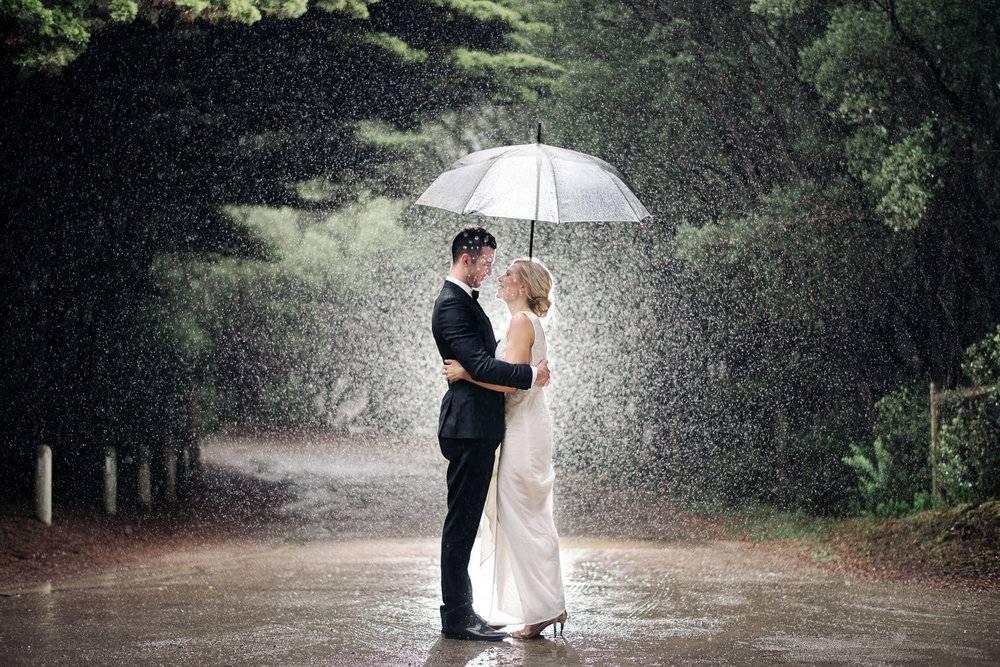 Дождь на свадьбу: советы, приметы и идеи для фото