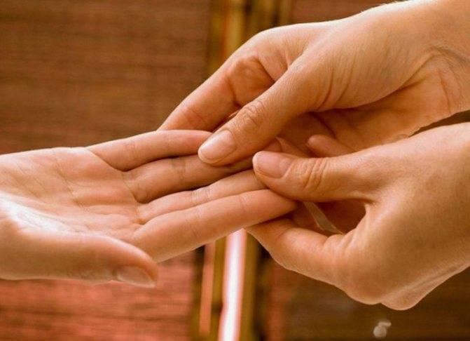 Чешется безымянный палец на правой руке или левой: почему это бывает, к чему по дням недели и по времени суток, как правильно избавиться от влияния плохой приметы?