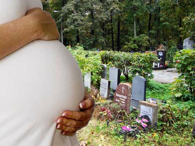 Можно ли беременным ходить на кладбище: приметы и ответ священника, почему нельзя ездить на родительский день и как вести себя на похоронах близкого человека?