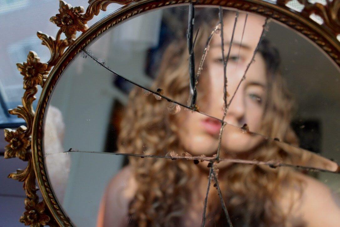 Разбилось зеркало что делать ???? если разбивается в доме