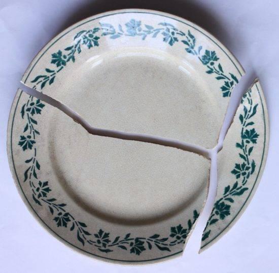 Что означает примета, если случайно разбить тарелку, и как избежать последствий