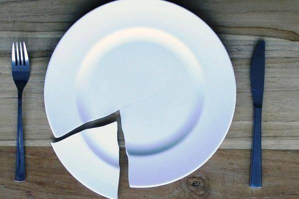 Примета — разбить тарелку, блюдце случайно: к чему это, если предмет в воскресенье, иной день сам по себе раскололся на две части или более, что значит для девушки?