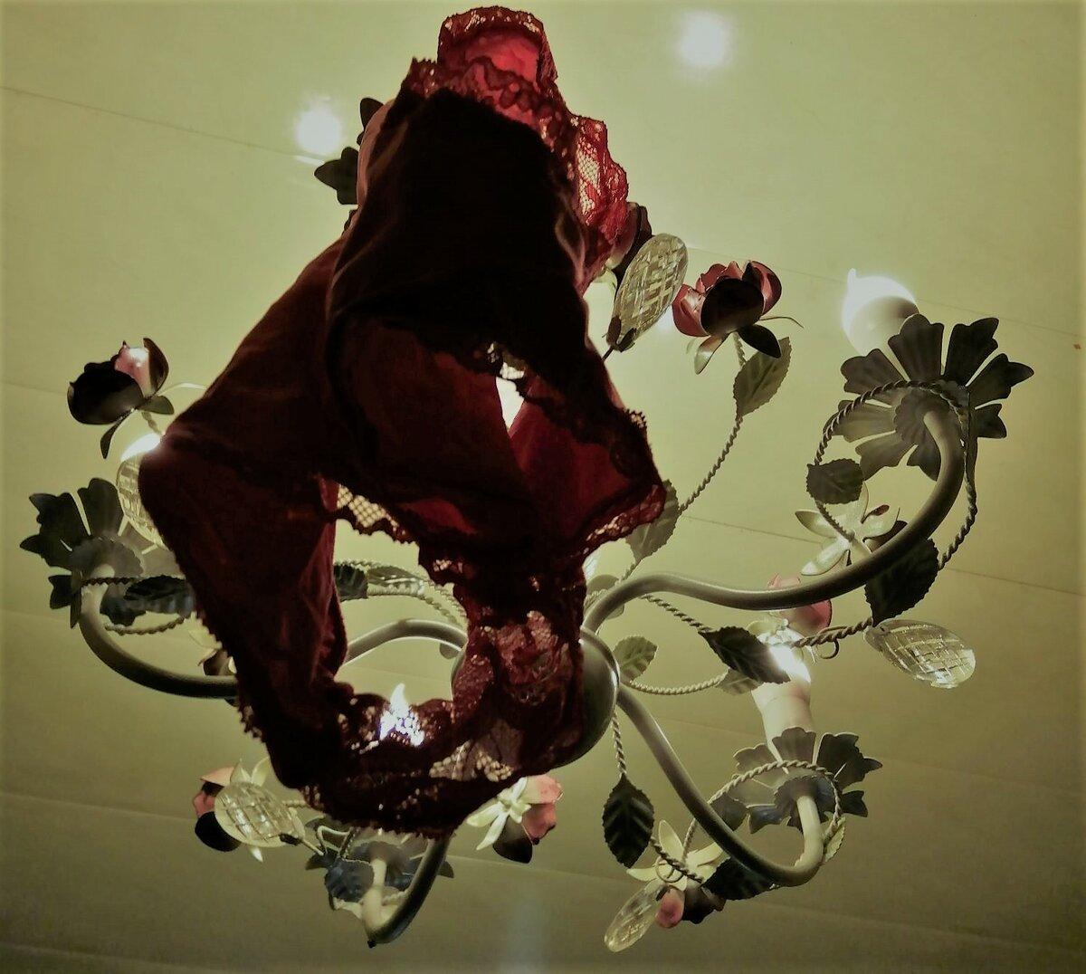 Красные трусы на люстре для привлечения денег, любви, мужчины: как вешать?
