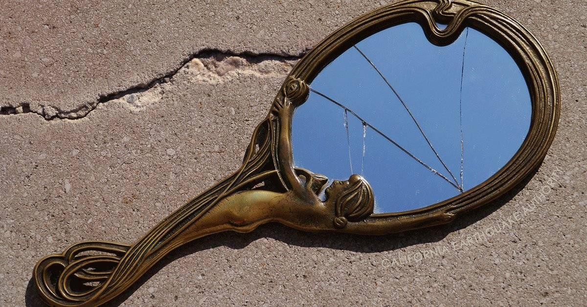 Почему нельзя спать напротив зеркала: толкования и советы