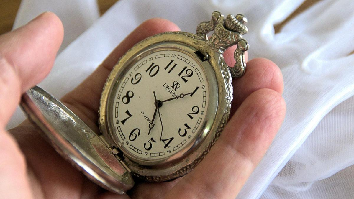 Можно ли дарить наручные часы: мужчине, женщине, как обойти примету