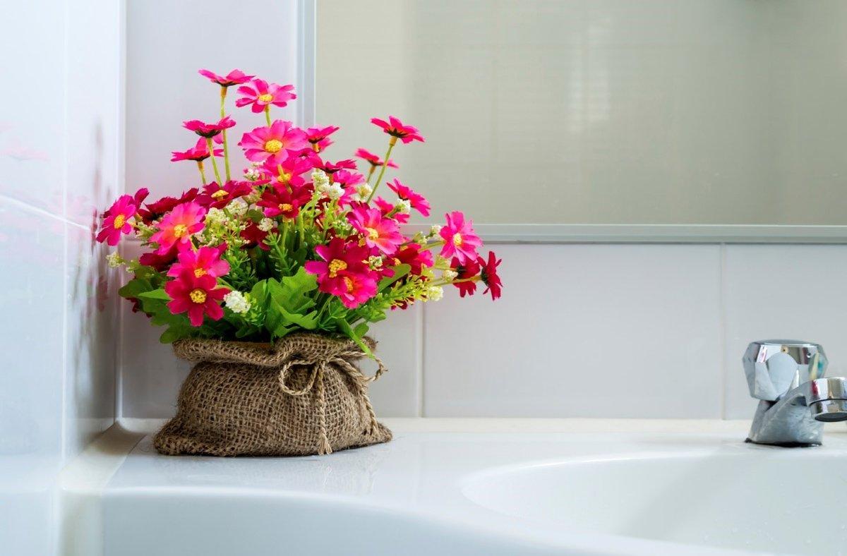Можно ли декорировать дом искусственными цветами? взвешиваем все за и против
