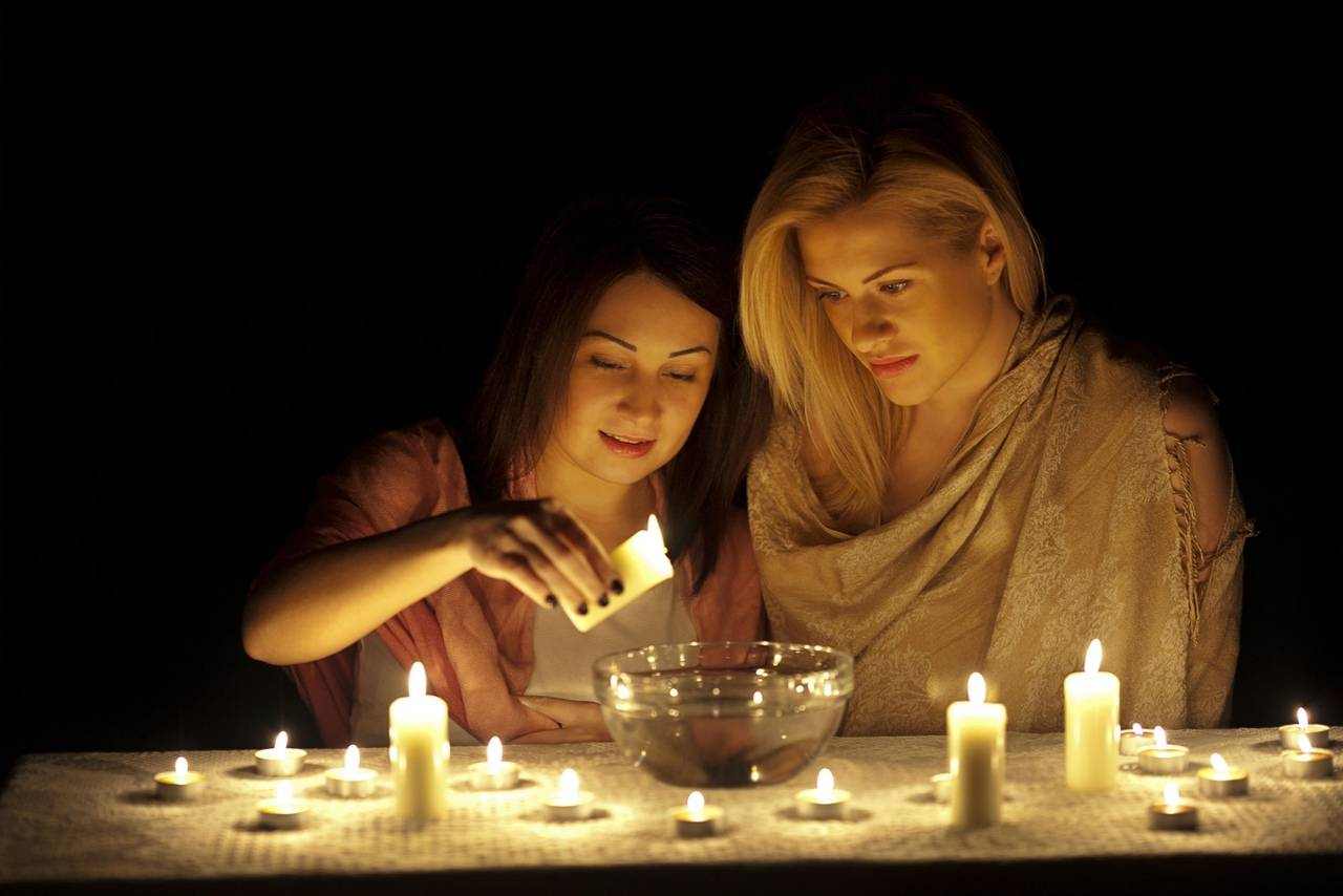 Гадания в домашних условиях: простые способы гадания на картах и свечах на любовь и любимого - всё, что важно знать...