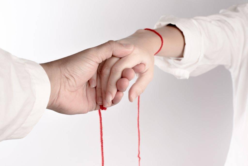 Приворот на красную нитку привяжет любовь мужчины