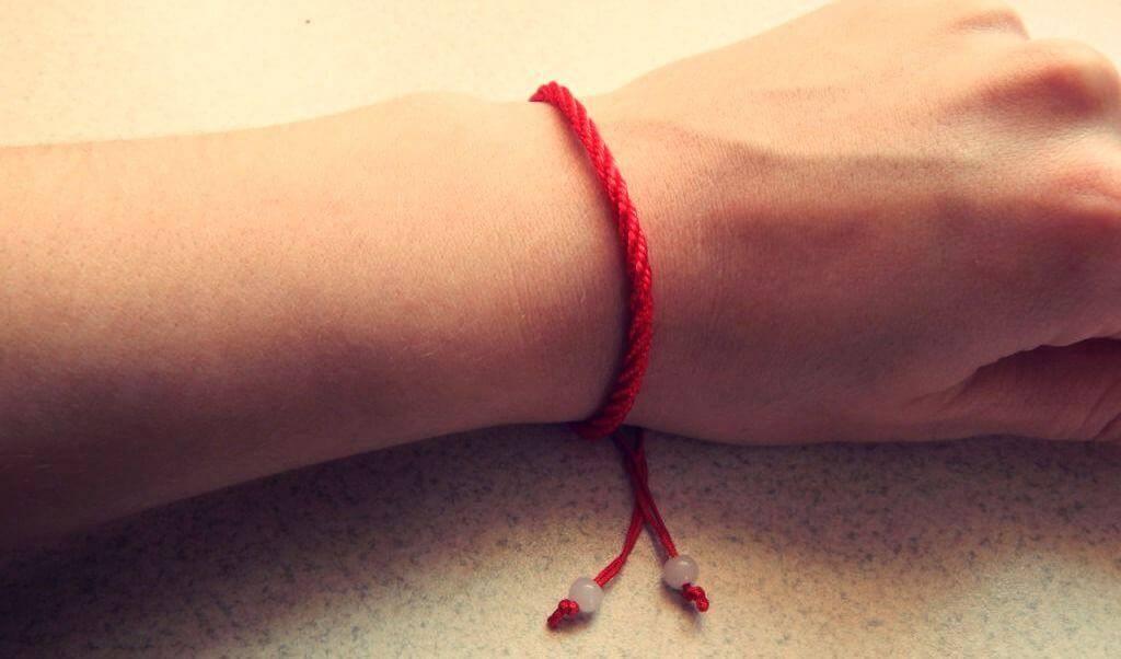 Красная нить на запястье: как правильно носить оберег из иерусалима