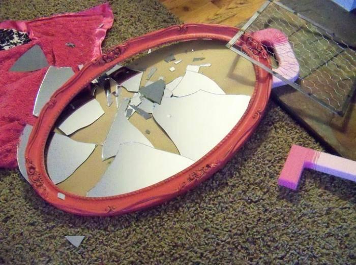 Разбить зеркало на работе случайно к чему, большое, настенное. народная примета: если разбилось зеркало, к чему это?