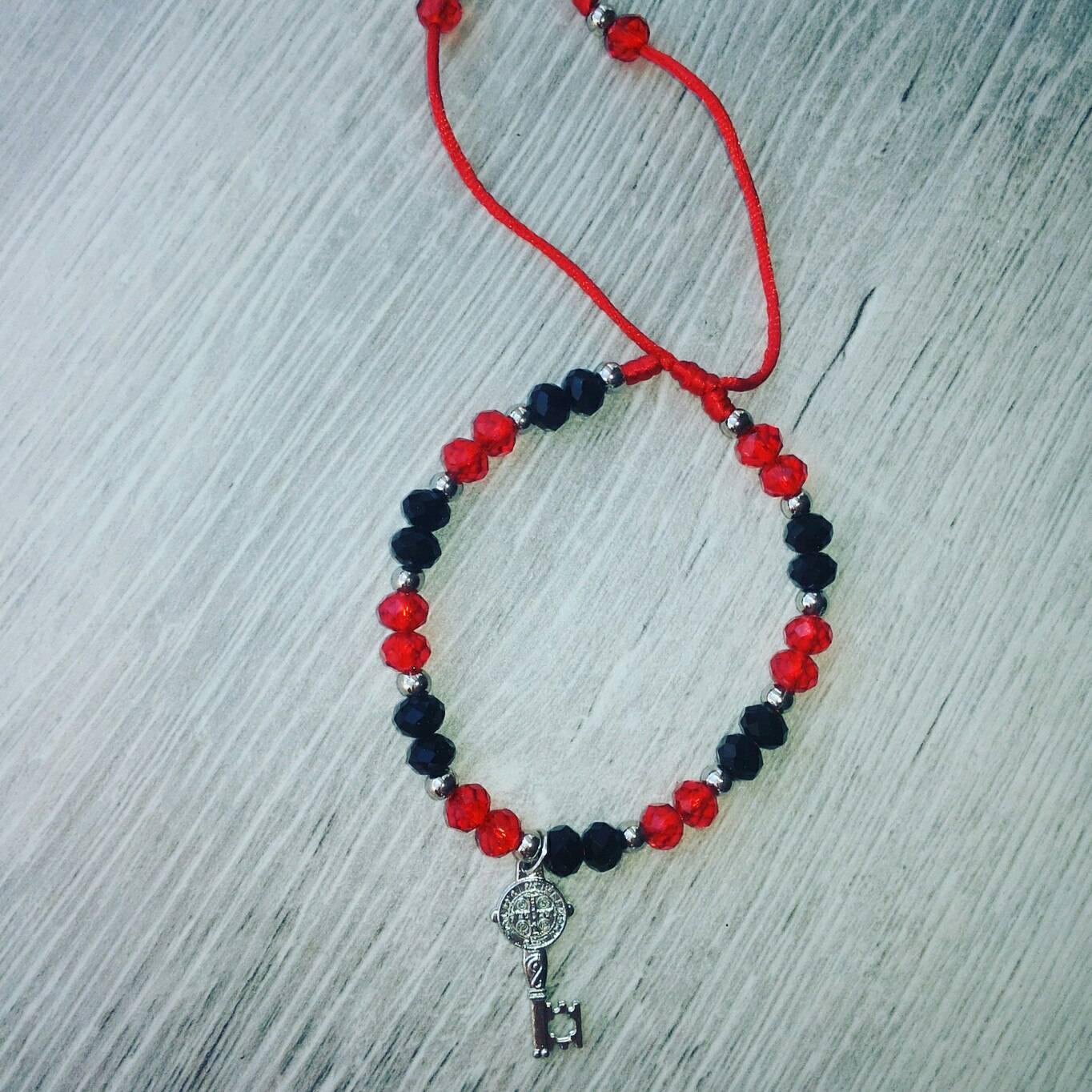 Красная нитка — оберег от порчи и сглаза