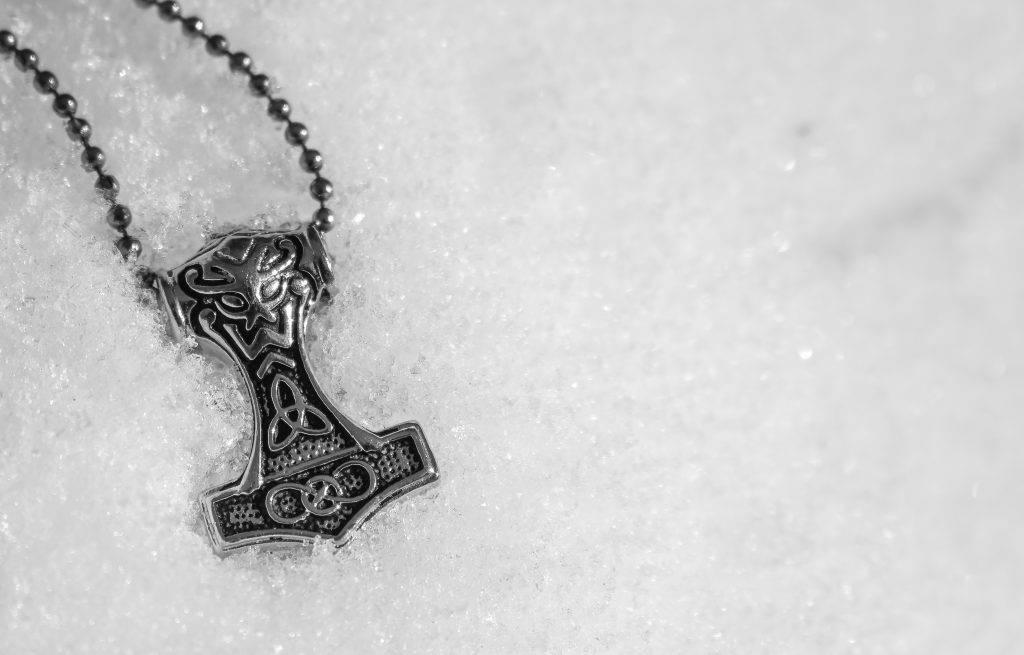 Амулет «молот тора» — отголоски северного язычества