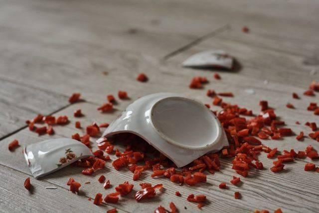 Примета: разбилась тарелка в доме, лопнула сама по себе, случайно