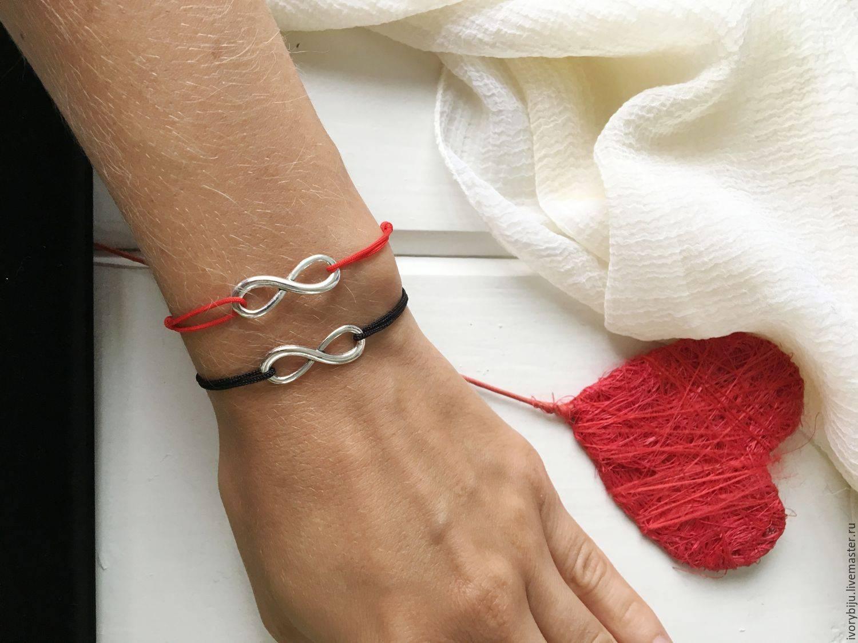 Черная нить на запястье: значение и правила ношения