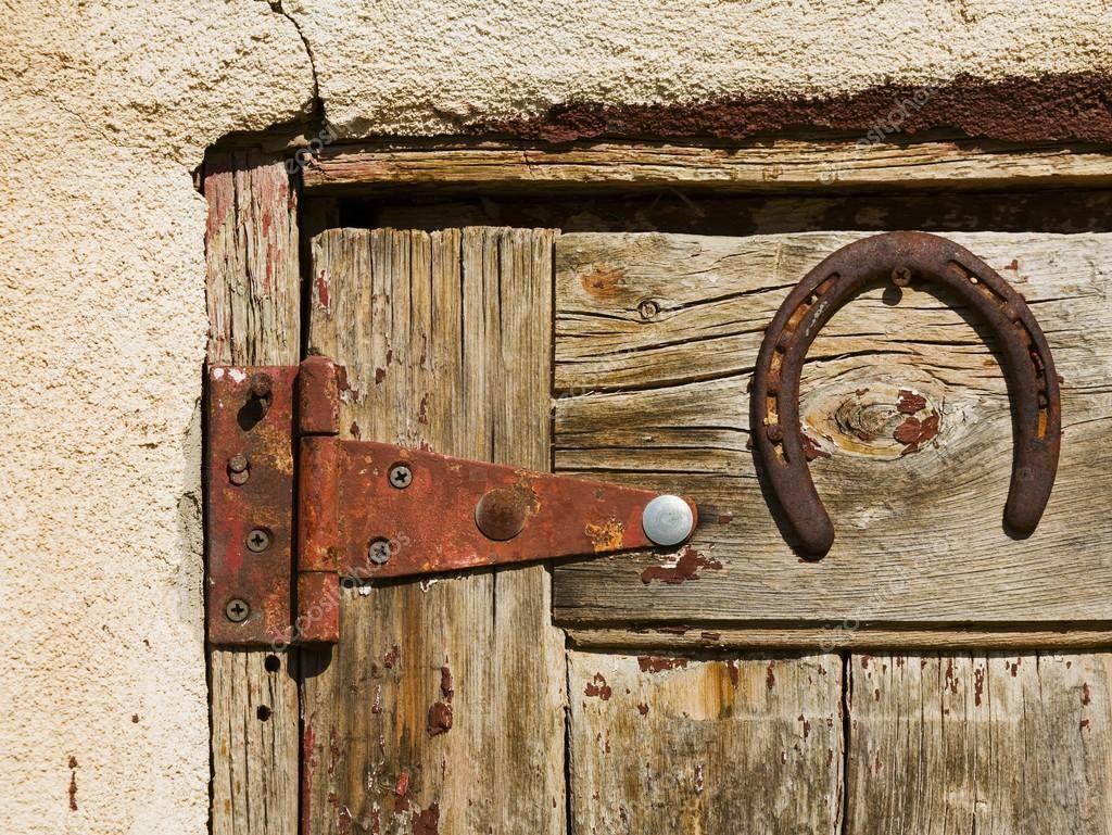 Как правильно вешать подкову над входной дверью в квартире