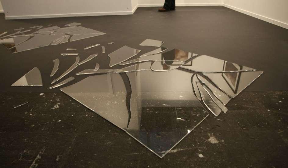 Что делать, если разбилось зеркало: приметы и суеверия