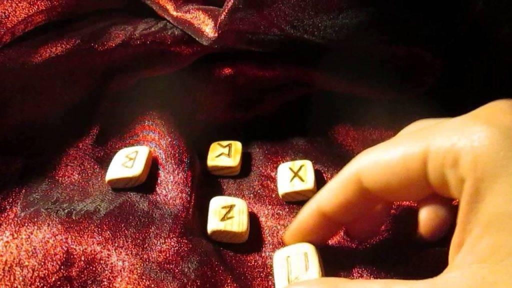 Гадание на рунах на любовь и отношения: правила и секреты