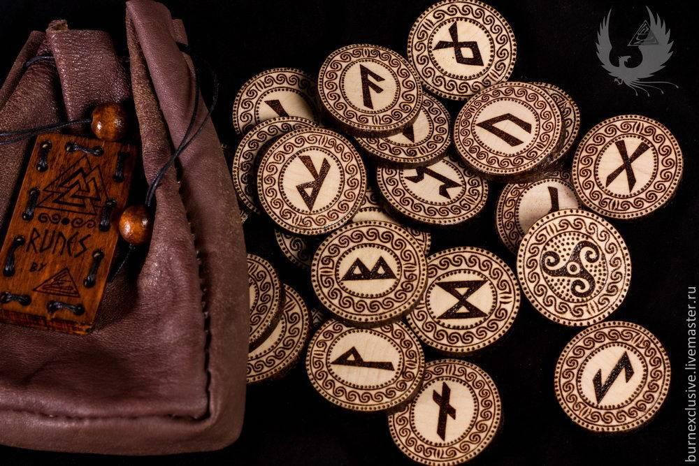 Древнее гадание на рунах на ситуацию, подаренное языческими богами