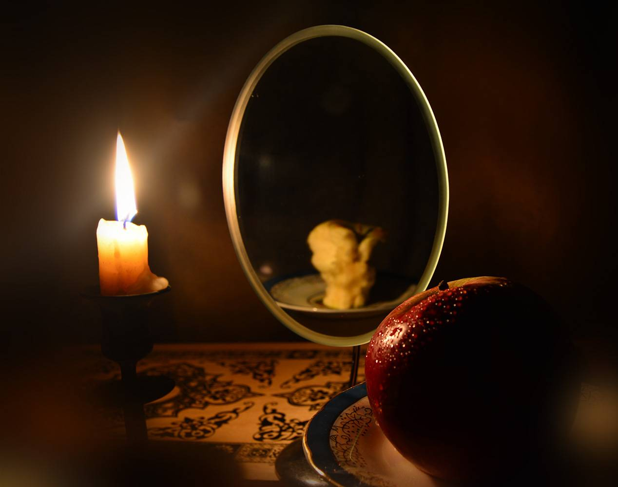 Гадание на зеркало и свечи: на будущее, на суженого