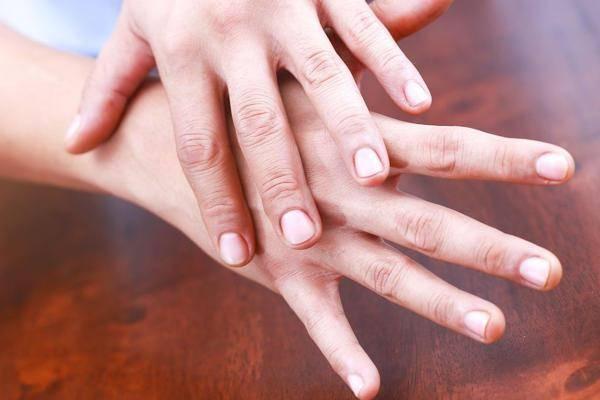 К чему чешется безымянный палец на правой либо левой руке