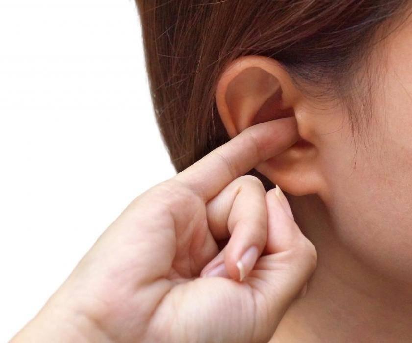 К чему одновременно горят уши и щеки вечером: приметы для девушек