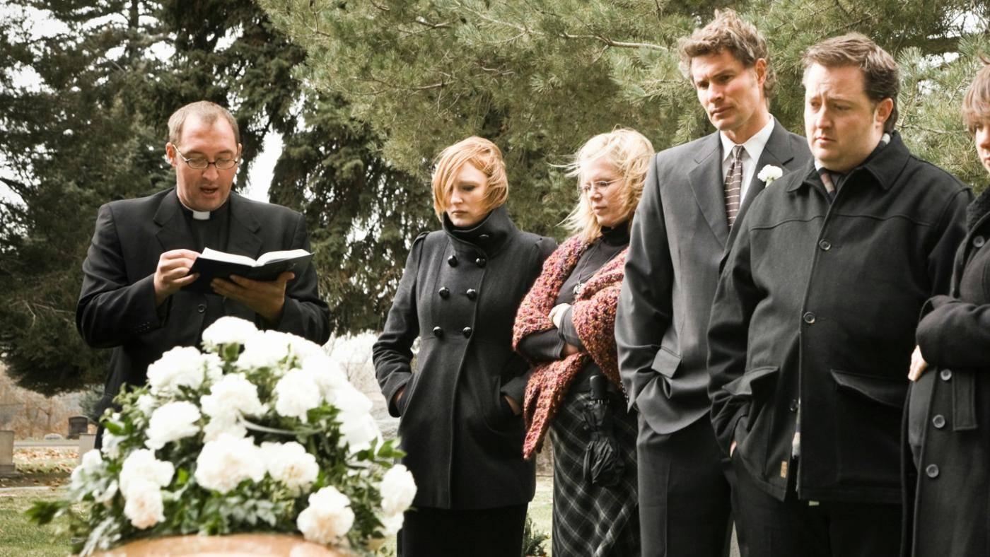 Присутствовать на похоронах незнакомого