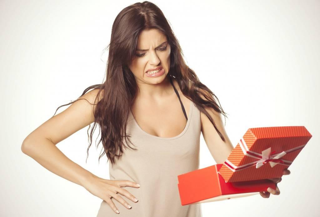 Можно ли передаривать подарки: приметы, суеверия и реальность
