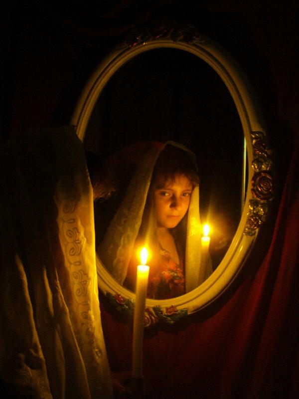 Гадание на зеркале: особенности зеркальных обрядов, на суженого, на будущее.