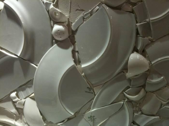 К чему домовой бьет посуду. к чему бьется посуда в доме. что значит, если разбита специально