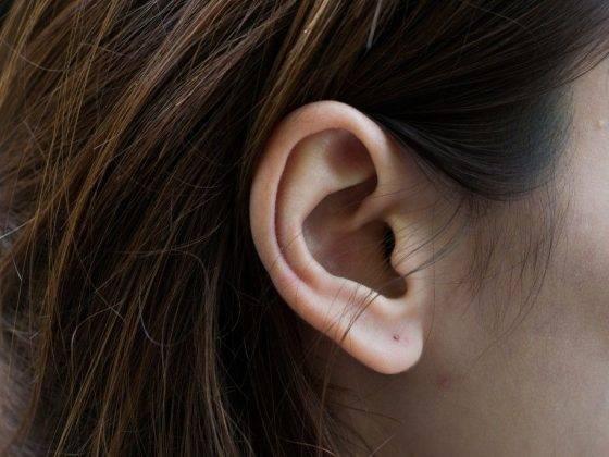 Что означают родинки на ухе слева или справа: значения для женщин и мужчин