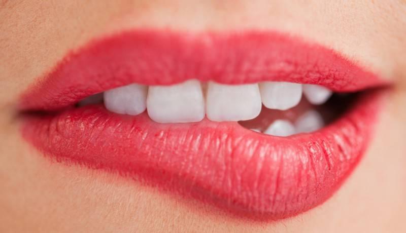 Прикусить язык – примета во время еды или при разговоре, к чему это