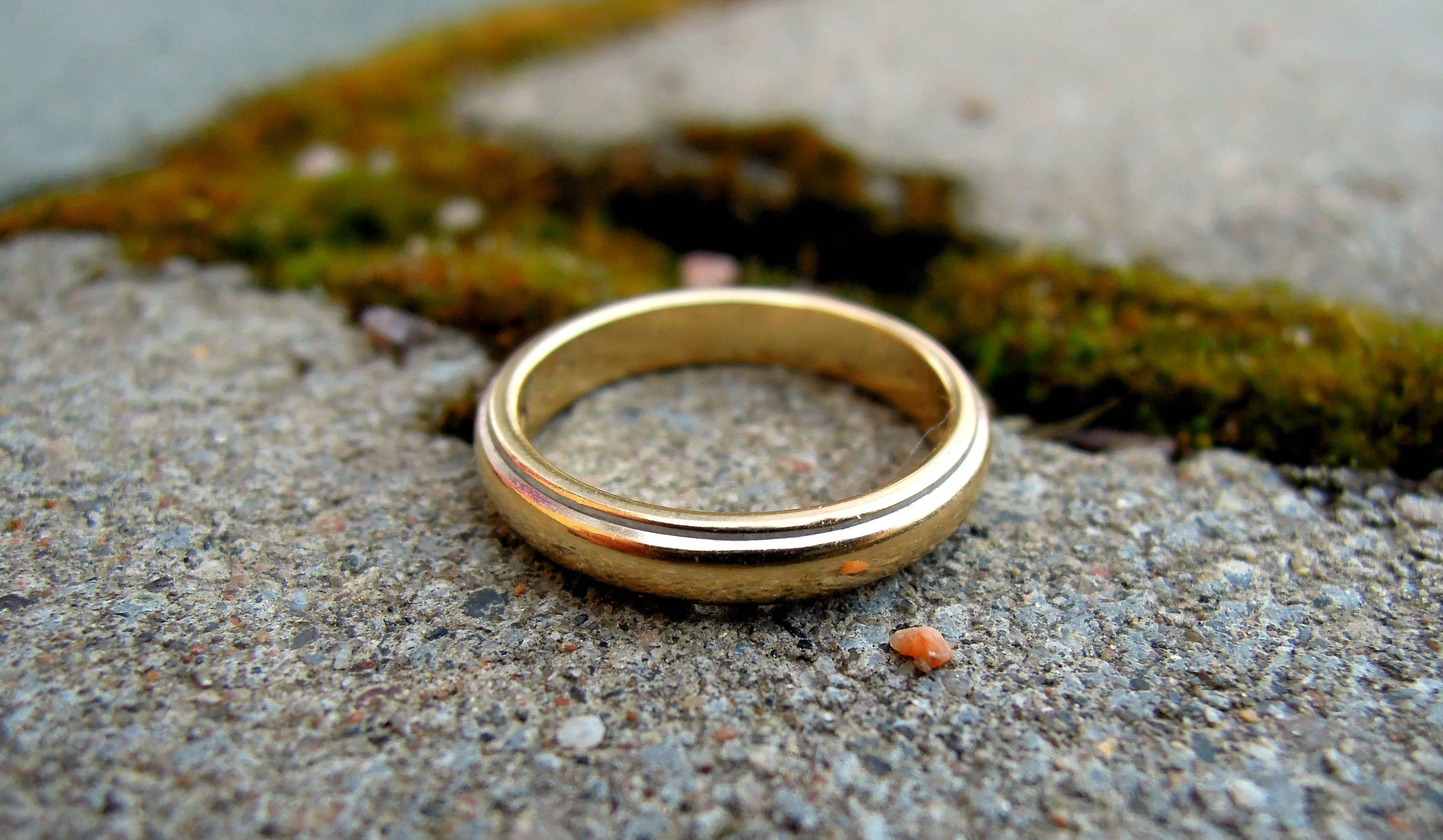 Потерять обручальное кольцо – приметы: что это значит, хорошие, плохие, а потом найти