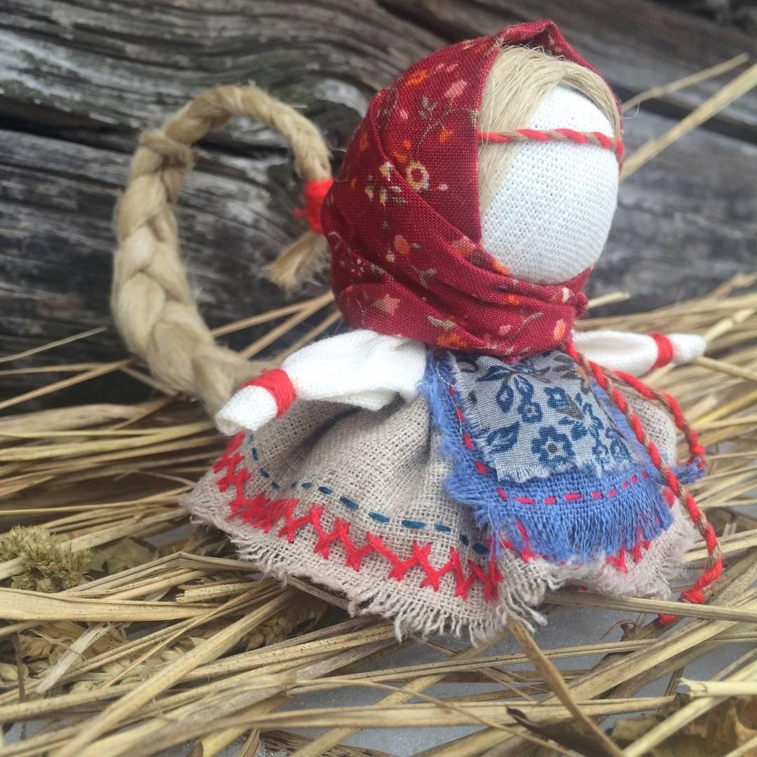 Кукла счастья мешочек: описание, фото, значение и мастер-класс по пошаговому изготовлению куколки и как сделать оберег своими руками без иголки, можно ли из капрона?