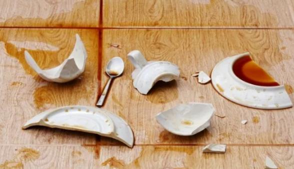 К чему лопается тарелка пополам. к чему бьется посуда на работе? важно, когда это случилось