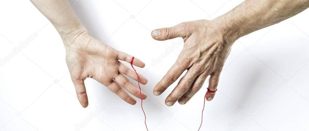 Красная нить желаний: каким образом завязать ниточку, как правильно надевать браслет на запястье, а также как загадывать на оберег?