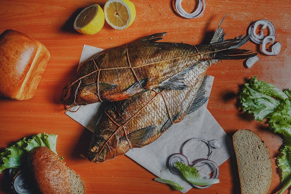Рыба жареная на столе