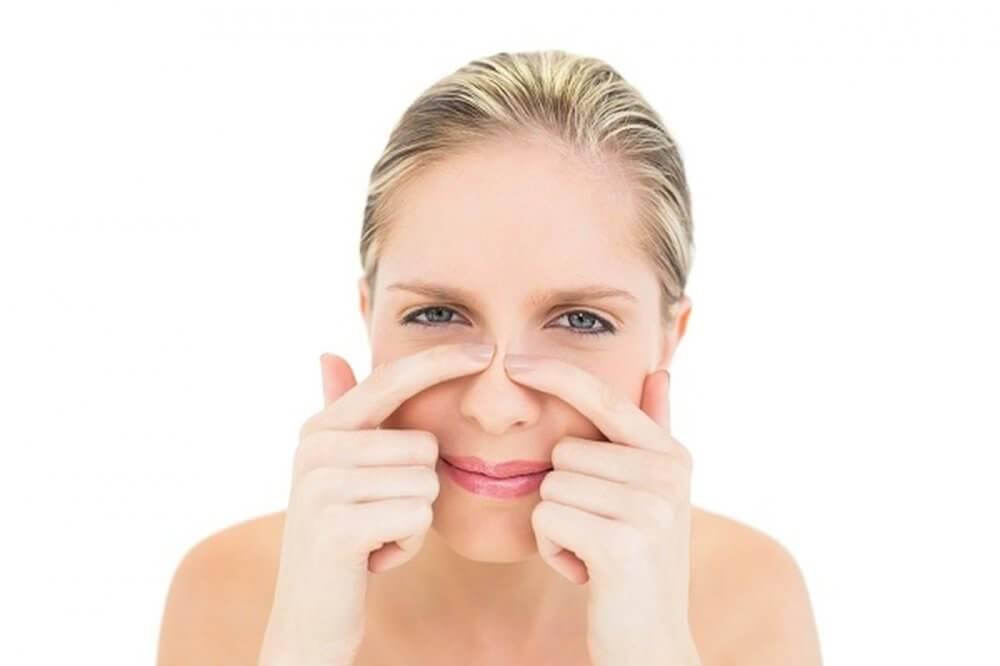 К чему вскочил прыщ под носом, на щеке, шее и других частях тела: народные приметы