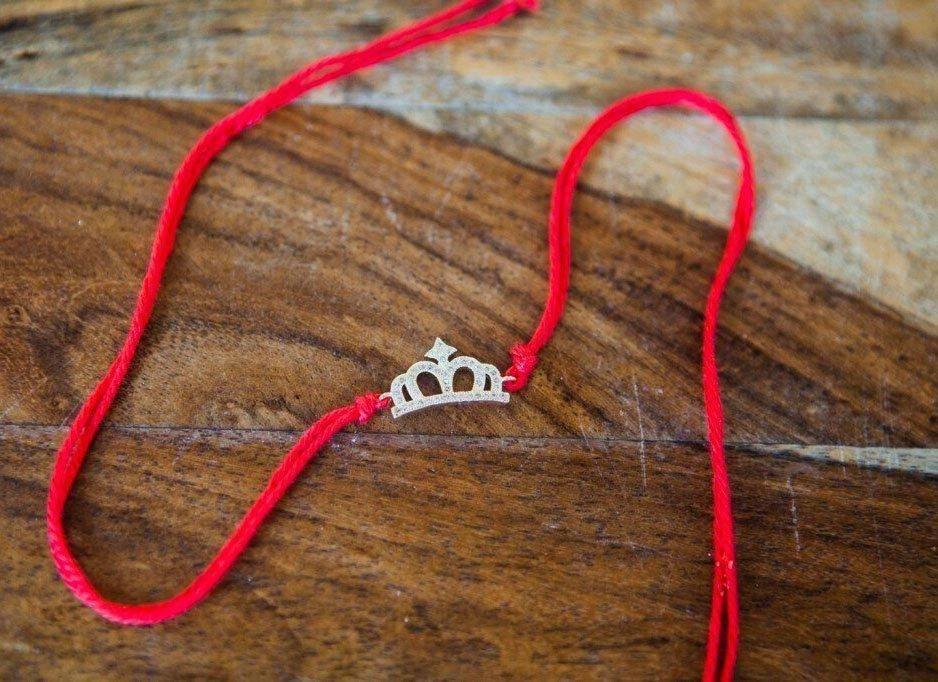 Приворот на нить: красную, белую, черную с узелками или фото, 13 вариантов