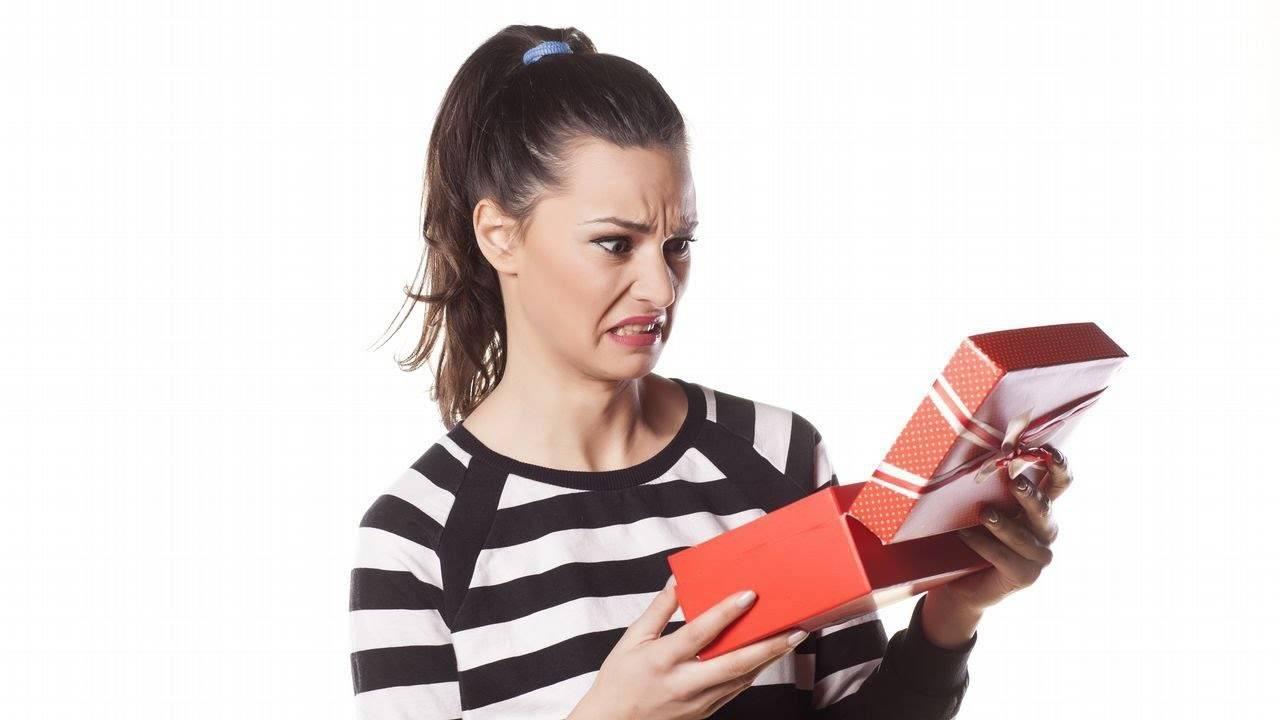 Что можно и нельзя дарить на день рождения: приметы для мужчины, парня или девушки