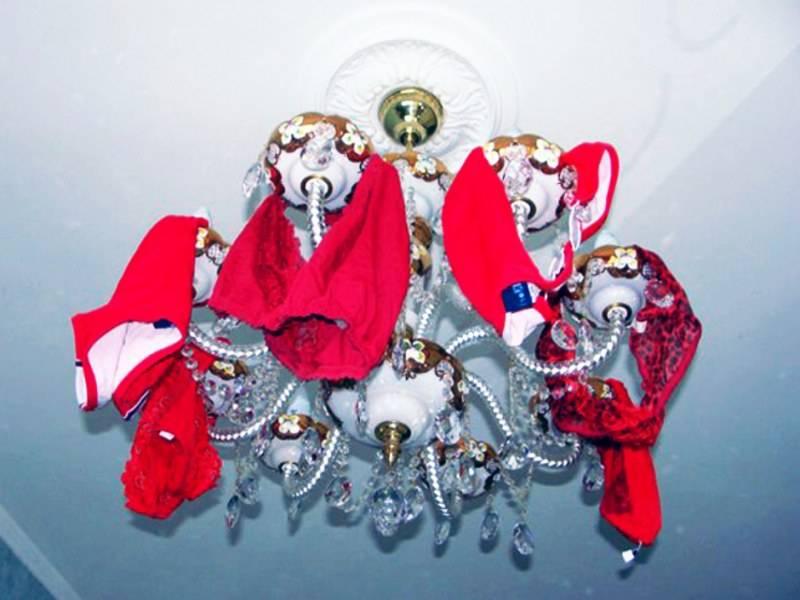 Красные трусы на люстре — привлечение денег и любви: как это работает, симоронские обряды
