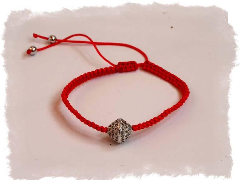 Красная нить на руке: магия, значение, как правильно её носить, где купить