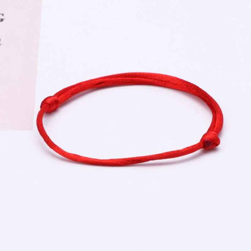 Красная нить на запястье: талисман для защиты от порчи