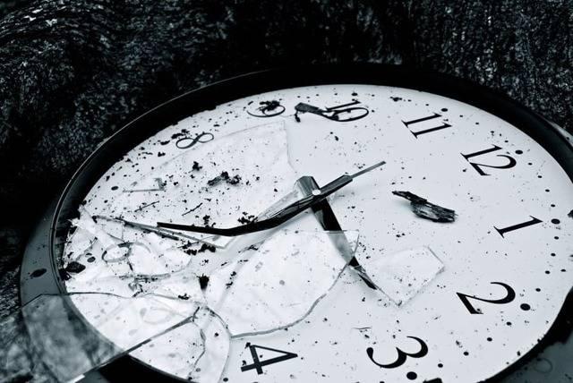 Приметы про разбитые часы, к чему падают со стены или с руки