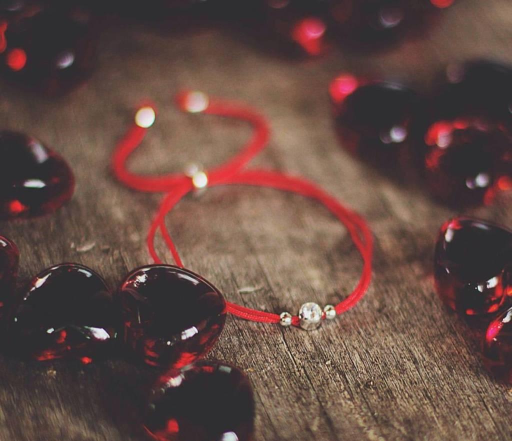 Красная нить на запястье: значение оберега, как завязать и как правильно носить, мнение экспертов
