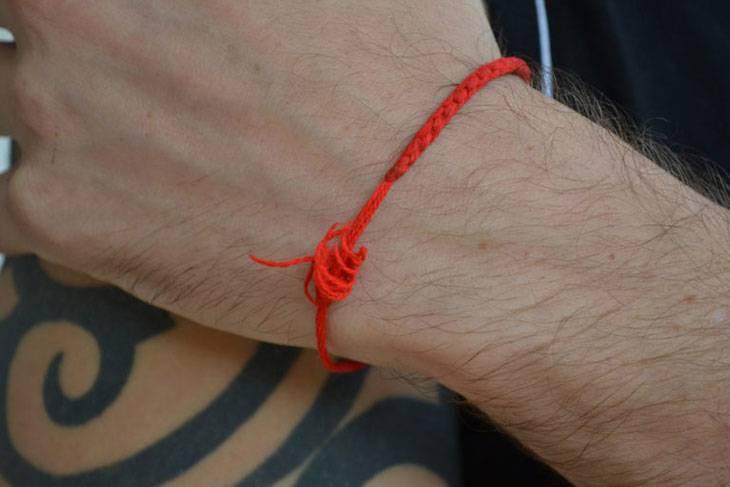 Красная нить на запястье — оберег из учения каббалы