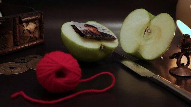Приворот на яблоко за иконой кто делал
